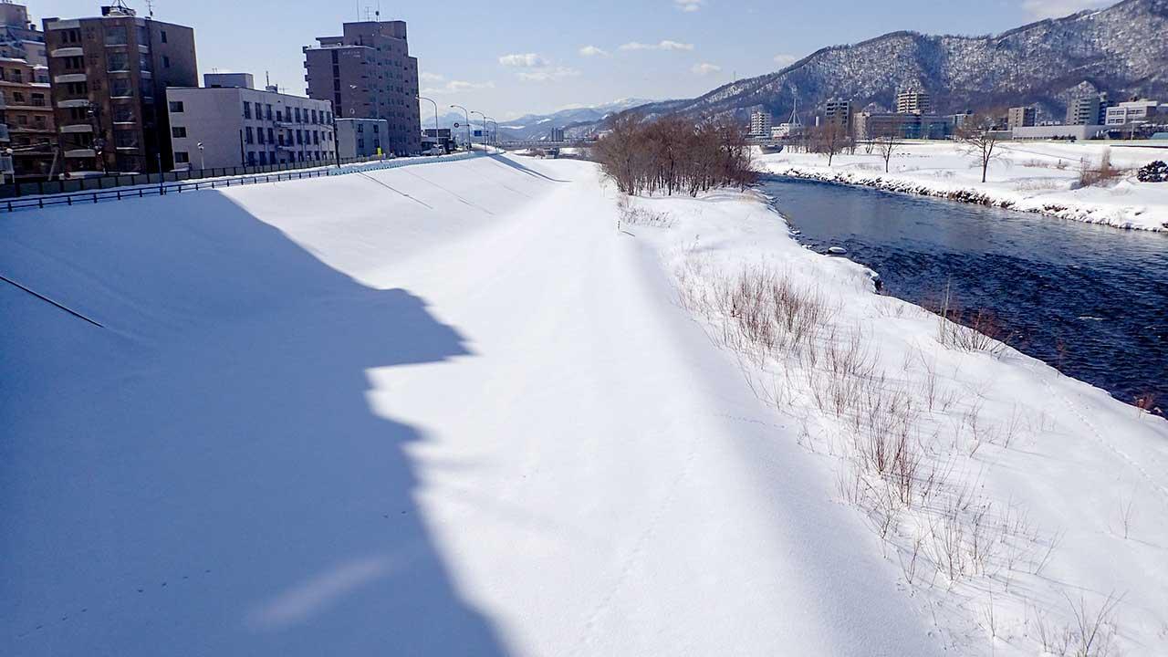 幌平橋より川岸を撮影